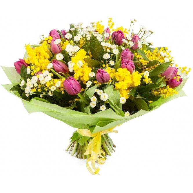 букет цветов из темно-бордовых тюльпанов, мимозы, салала и танацетума
