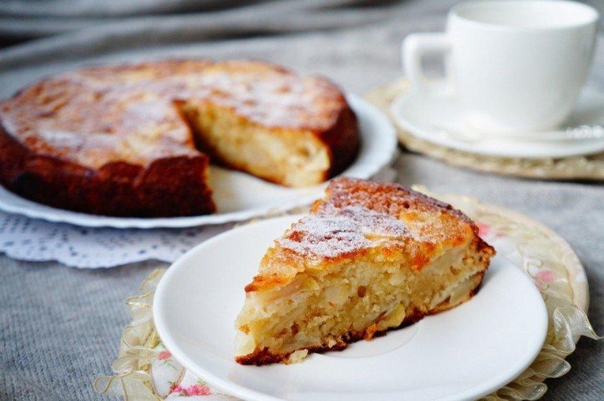 Воздушная шарлотка на кефире с яблоками рецепт