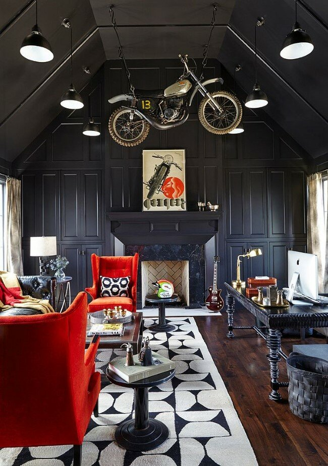 Яркие красные кресла и картины в интерьере необычного домашнего кабинета.