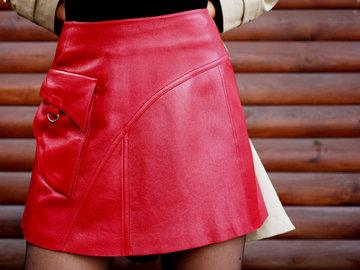 С чем носить и сочетать юбки — узнайте в Яндекс.Коллекциях. Смотрите фотографии стильных и модных женских образов с красивыми юбками разных фасонов