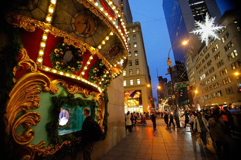 В Нью-Йорке владельцы магазинов украшают свои торговые точки для привлечения покупателей.