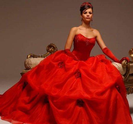 Невеста в красном свадебном платье