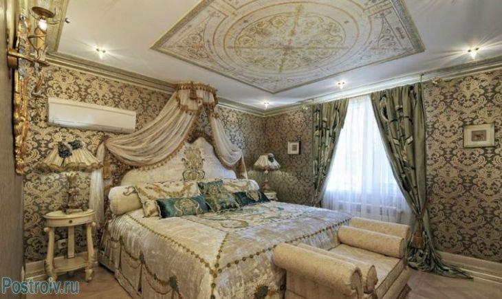 Спальня и классицизм с лепниной га потолке.