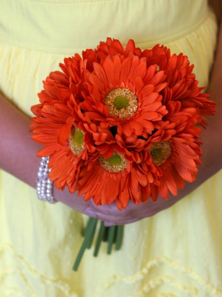 Букет из больших оранжевых ромашек фото
