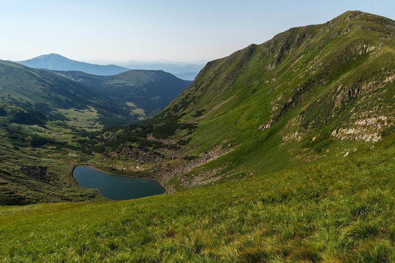 Овальное озеро Бребенескул растянулось на 134 метра в длину