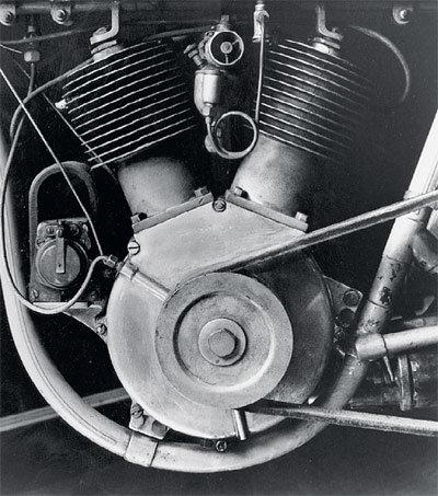 Первая V-образная «двойка» появилась в 1909 году на модели 5D. Сегодня этот тип двигателя — визитная карточка марки. Других моторов Harley-Davidson в наше время не выпускает.