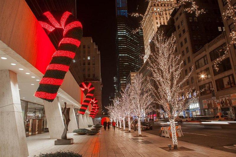 Отметить Рождество в Нью-Йорке ежегодно приезжают десятки тысяч туристов.