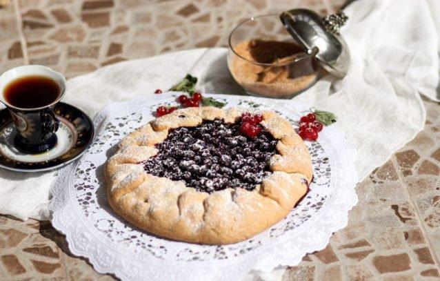 Галета с черной смородиной - оригинальный рецепт открытого пирога.