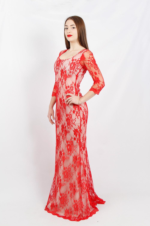 Вечернее платье со шлейфом из красного гипюра на белой подкладке ... 5345f4bc781