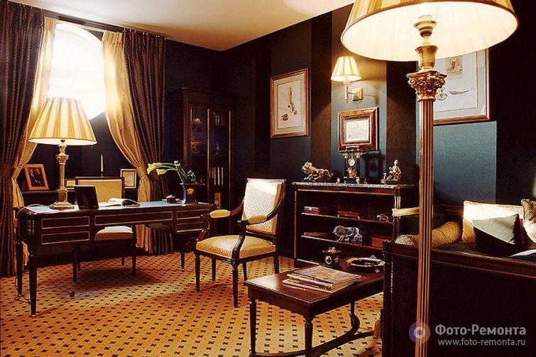 Домашний кабинет насыщенный дорогим деревом в сочетании с золотыми и бежевыми тонами интерьера.