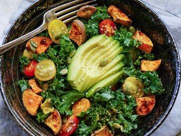 Простые и вкусные овощные салаты — в Яндекс.Коллекциях. Смотрите фотографии с рецептами овощных салатов с помидорами, огурцами, капустой, перцем и баклажанами