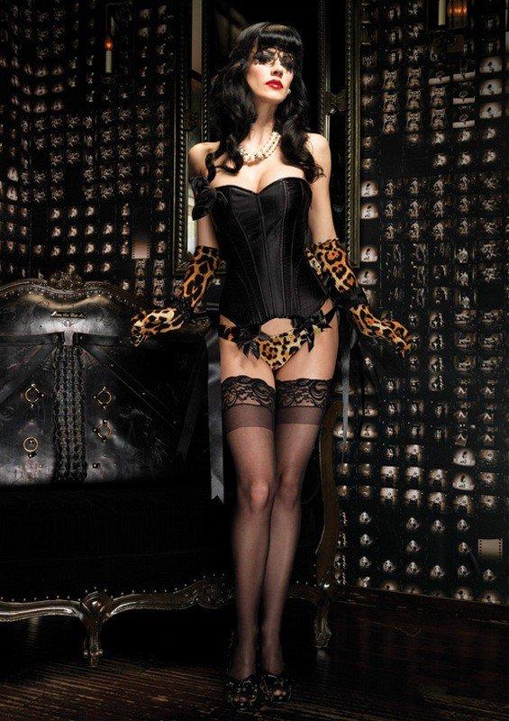 женщина в черном корсете и чулках