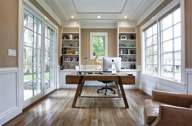Современный домашний офис в светлых коричневых тонах.