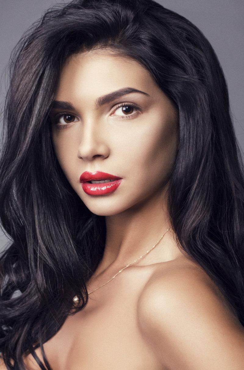 Грамотно оформленные брови – одна из самых главных составляющих твоего beauty-образа. Как получить идеальный изгиб, узнай дальше.