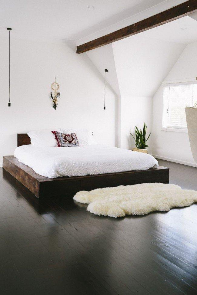 Минимализм в белой спальне с темно-коричневым ламинатом