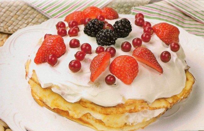 Блинный торт с творожным кремом с украшением сверху фото