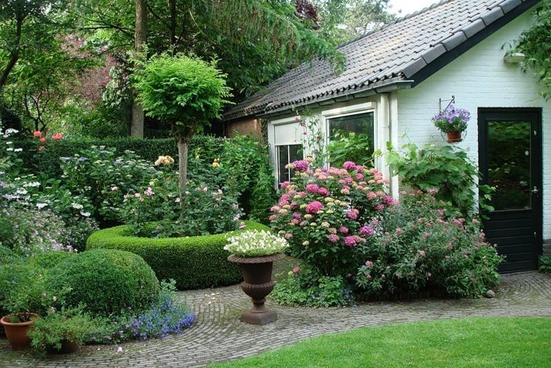 Сад в английском стиле неповторим всегда