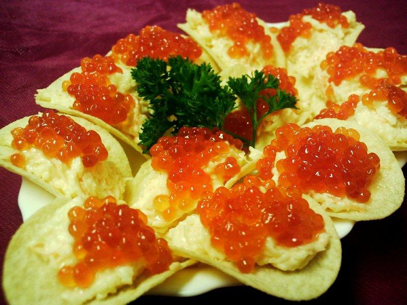Красная икра и мягкий соус на чипсах.