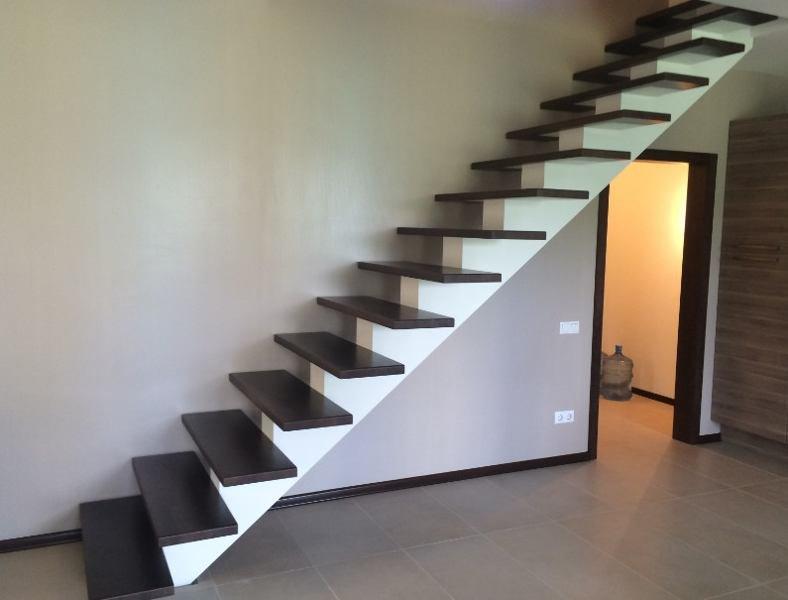 Крепление ступеней лестницы на больцах к стене