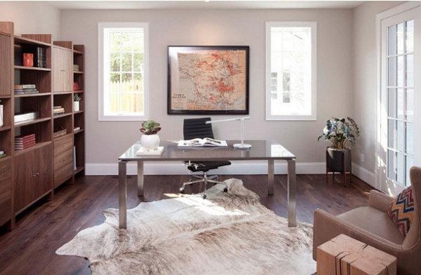 Интерьер домашнего офиса с хорошим освещением
