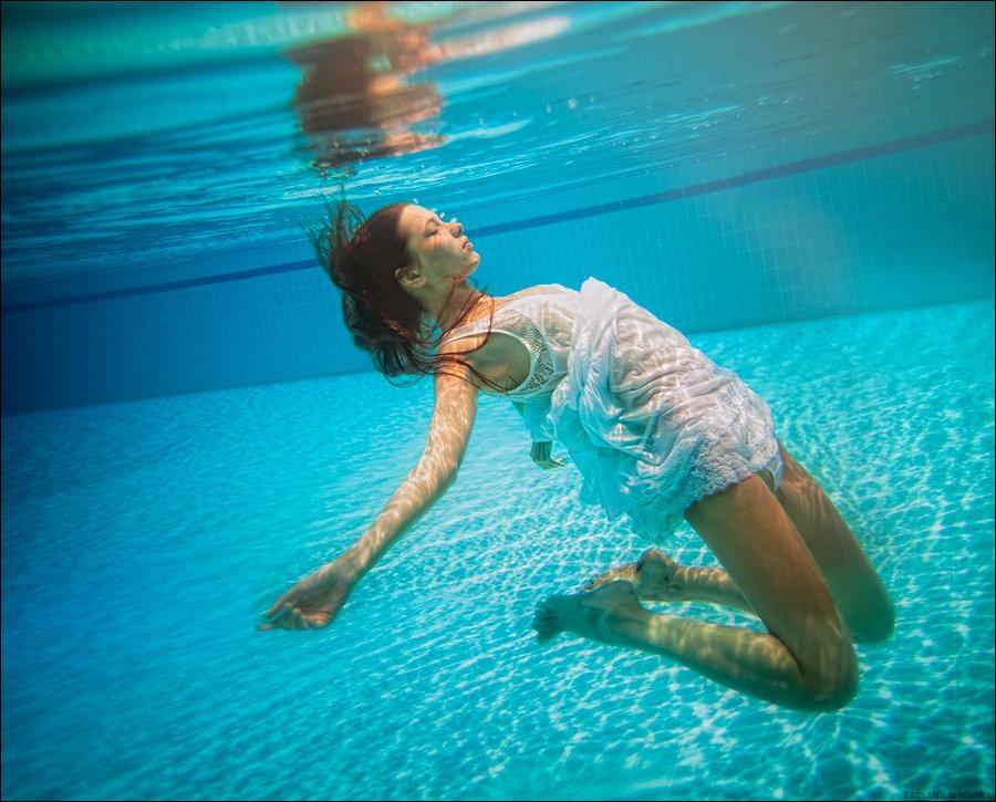 водой смотреть под девушки