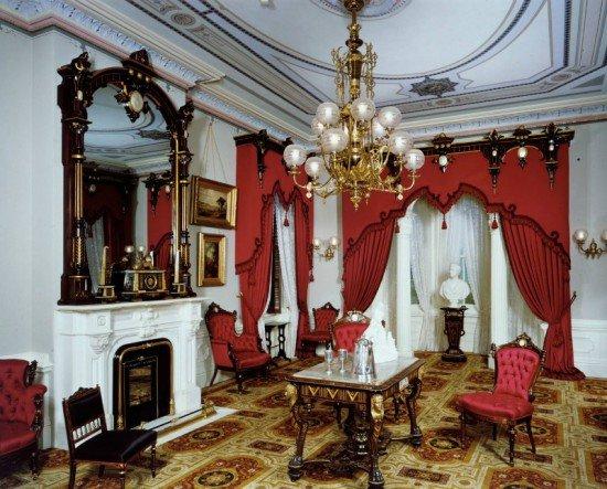 Расцвет ампира пришелся на период правления Наполеона (1804-15 гг.), при этом отдельные предметы мебели встречались в домах аристократии до 1820-го. Стиль считается кульминационной точкой развития классицизма. Он характеризуется театральностью, холодностью, надменностью, пафосом. Мебель в стиле ампир отличает помпезность и монументальность.