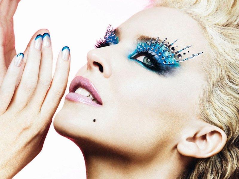 Блондинка с синим макияжем