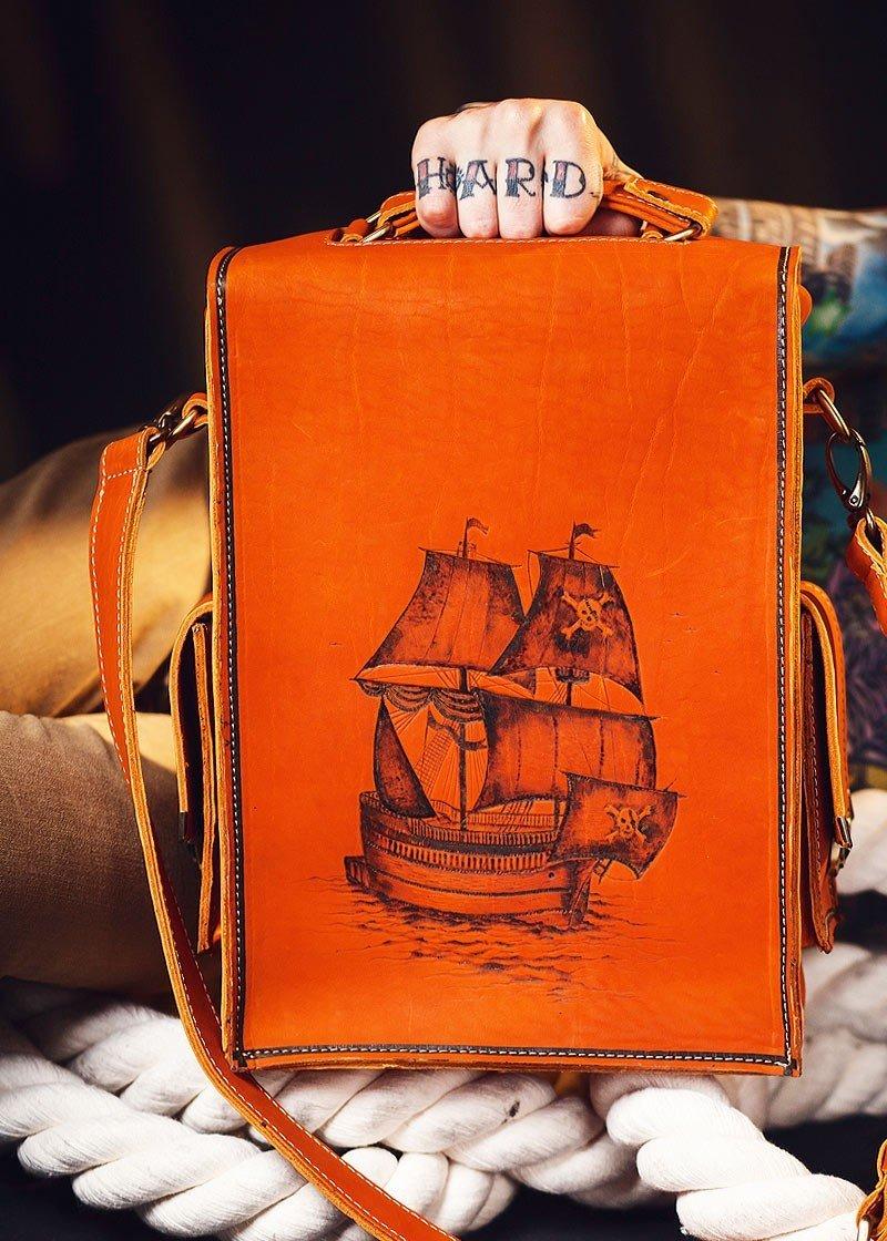 Удобная и стильная мужская сумка-портфель с ремнём ручной работы из кожи, с выжженым вручную рисунком Пираты №1 от бренда Доминатор