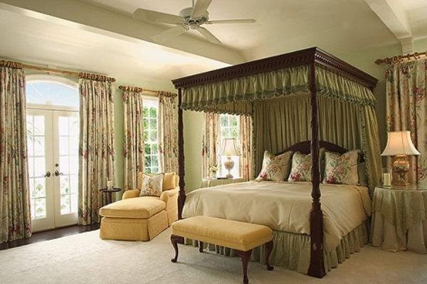 Красивая кровать в английском стиле