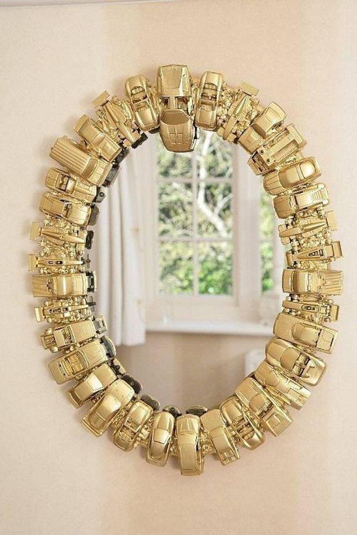 У зеркал есть определенное преимущество перед картинами и постерами: изображение зависит от размещения зеркала...