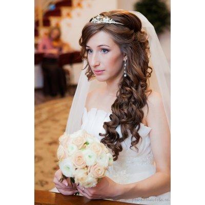 Прически на свадьбу на средние волосы: с фатой, челкой или 53