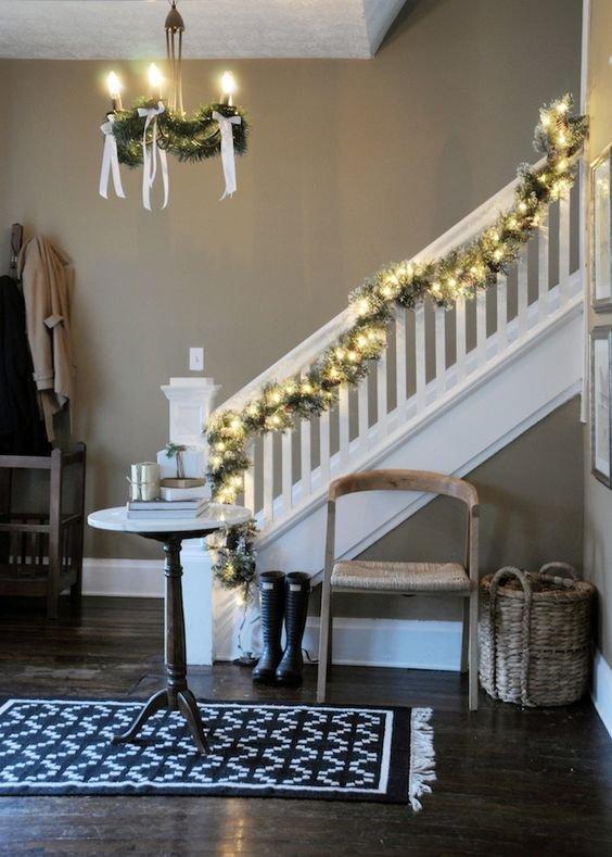 украшение лестницы гирляндой фото вашему вниманию подборку