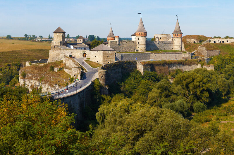 Каменец-Подольский замок был сооружен в 11-12 веках. Основные укрепления крепости были достроены в 16-17 веках. Крепость является отличным образцом надежной фортификации Восточной Европы.