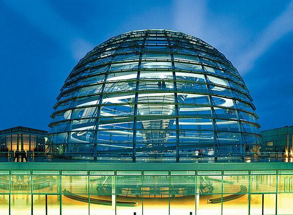 Стеклянный купол над Рейхстагом  Фостер возвел, выиграв международный конкурс на реконструкцию здания. С 1999 года эта светящаяся полусфера – одна из главных достопримечательностей Берлина.