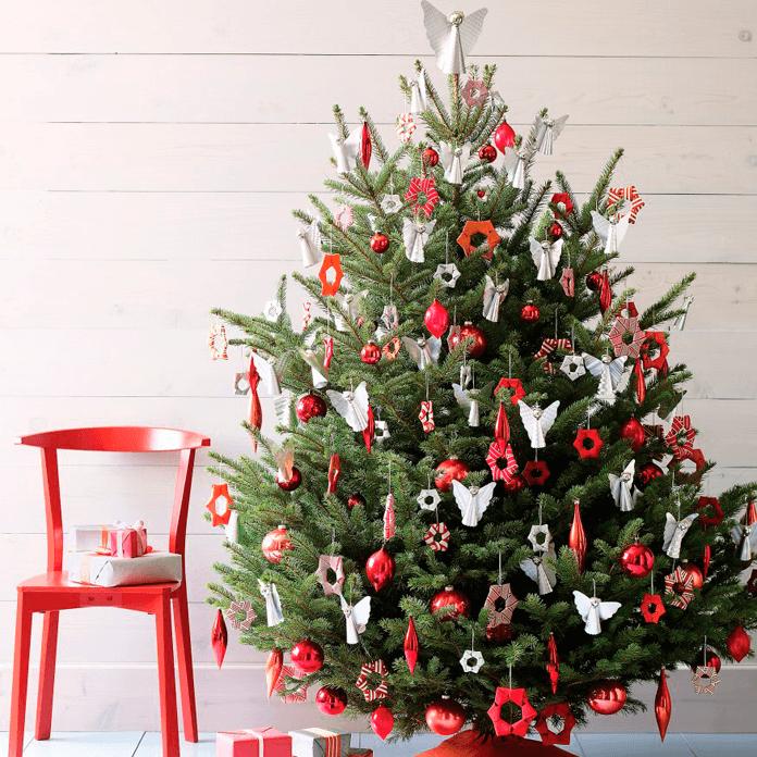 днем бело красная елка фото синим пальто