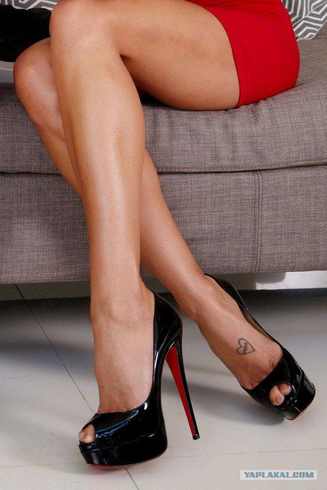 Фото женских ног в лабутенах