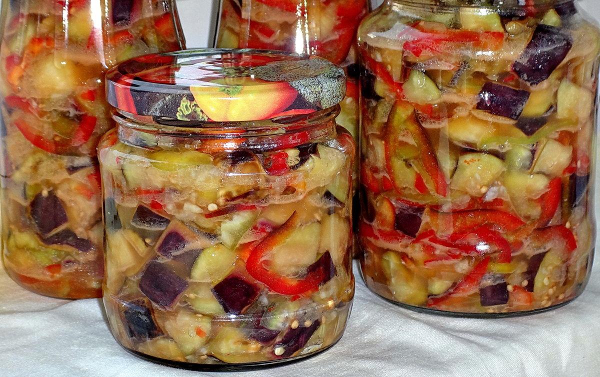 Обжаренные овощи перемешать, добавить соль, перец по вкусу, зелень, перемешать и подавать как гарнир или как самостоятельное блюдо.