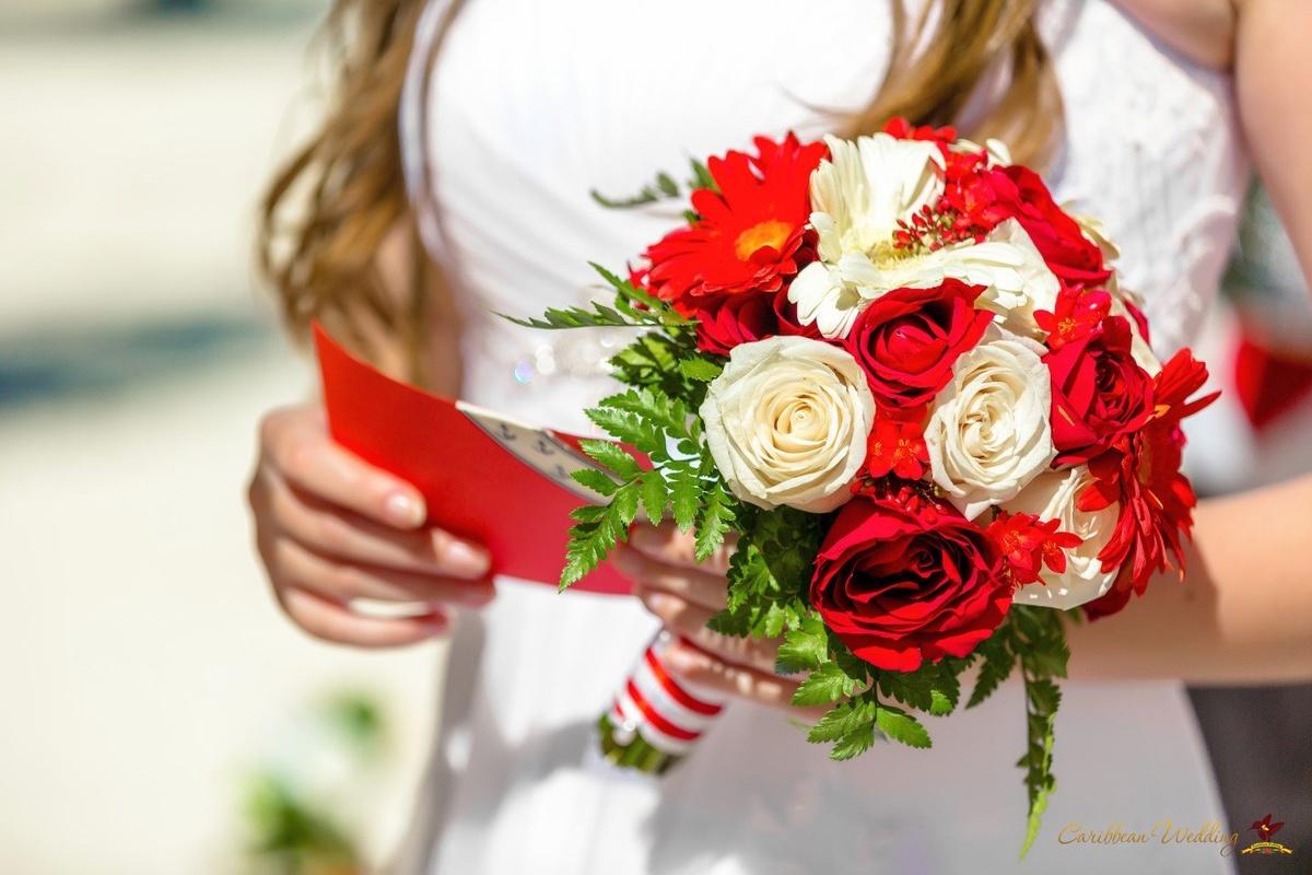 Свадебный букет в бело красном цвете