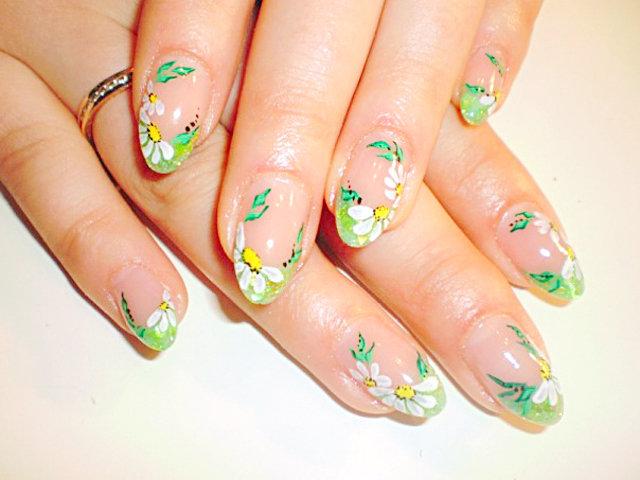 Дизайн ногтей ромашки
