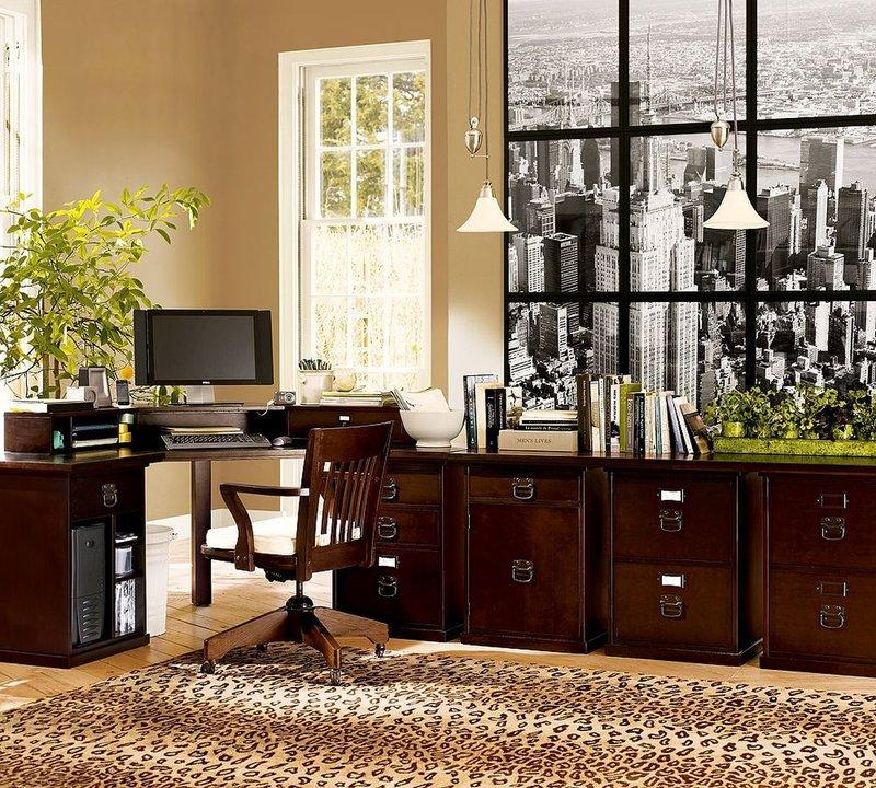 Домашний кабинет с темной мебелью