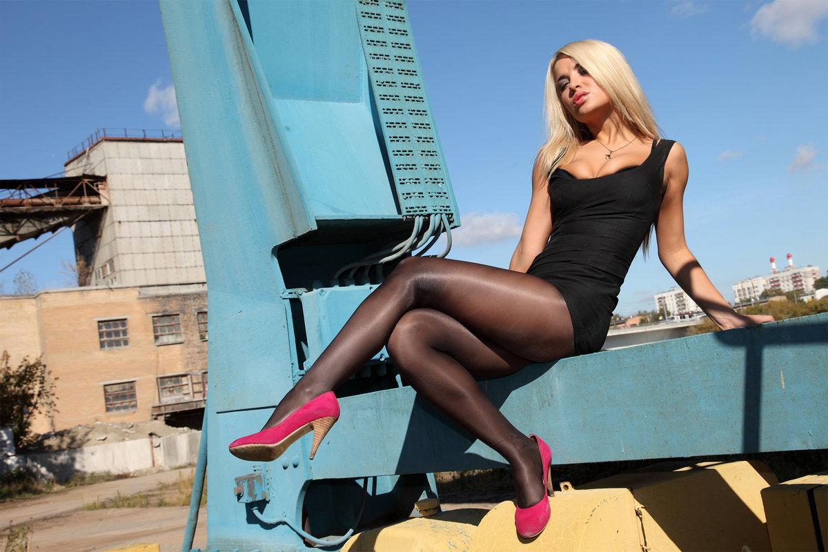 Сексуальная блондинка в черном