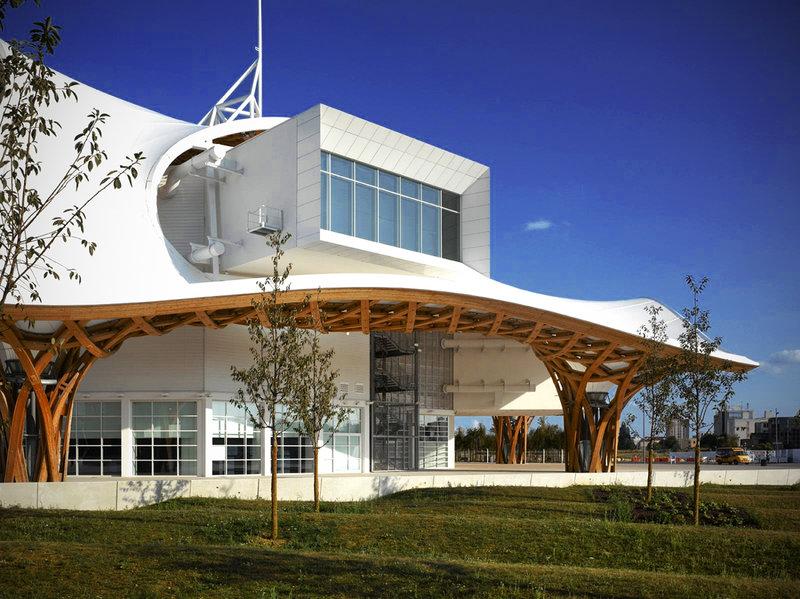 Окна и двери, изготовленные из Schuco Jansen Economy 50 E30, гарантируют долговременную и надежную эксплуатацию в условиях большого потока посетителей Центра.