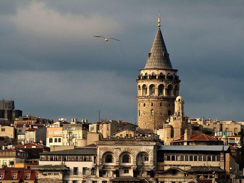Галатская башня расположена на высоком холме в европейской части Стамбула. Это один из главных символов города и популярная достопримечательность.