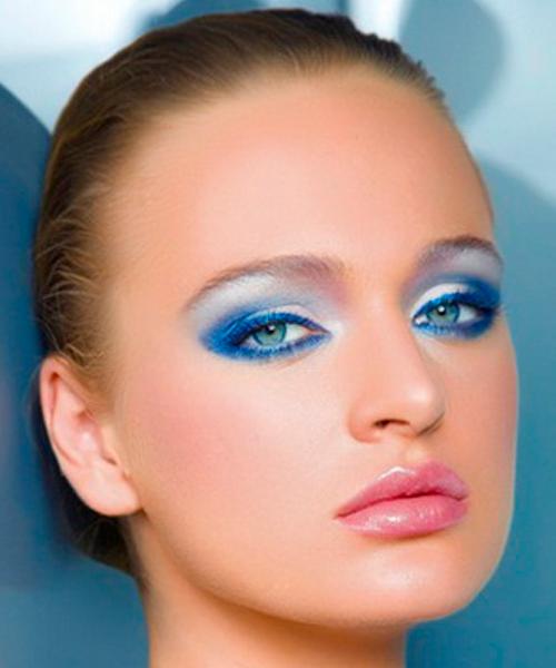 Для этого макияжа была использована подводка и тени голубого оттенка, который идеально сочетается с цветом глаз модели. Получился яркий летний макияж.