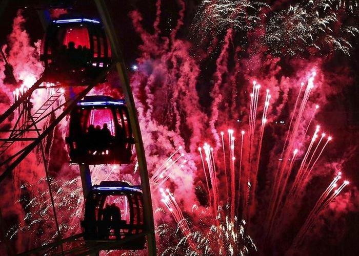 В новогоднюю ночь небо во всем мире озаряется яркими вспышками