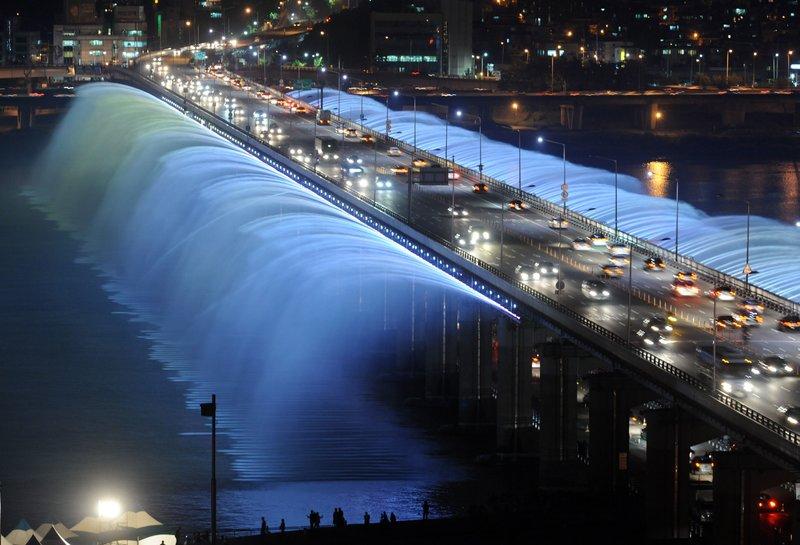 Мост Банпо (Banpo Bridge) не обладает выдающимися размерами, но, по-своему уникален. И самое главное – очень красив.