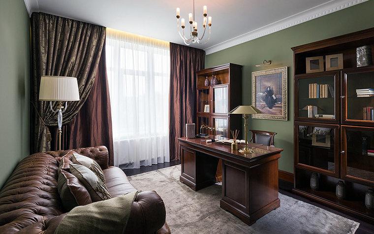 Мебель из красного дерева, правильное расположение стола сбоку от окна и теплая цветовая гамма.