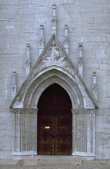 вход в католическую церковь