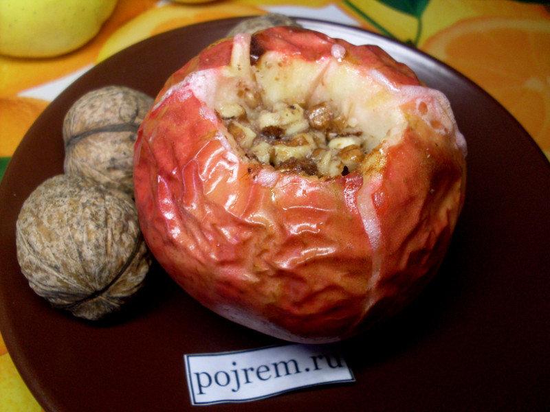 Предлагаем вам рецепт печеных яблок в духовке, заправленных медом, орешками и корицей.