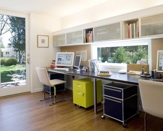 Компактный легкий стол с удобными тумбами  под столешницей